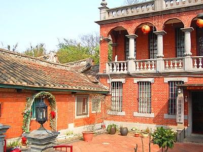 是两层楼欧式楼房,其建物造型与英国; 古迹新生 中坜欣见红楼古宅餐厅